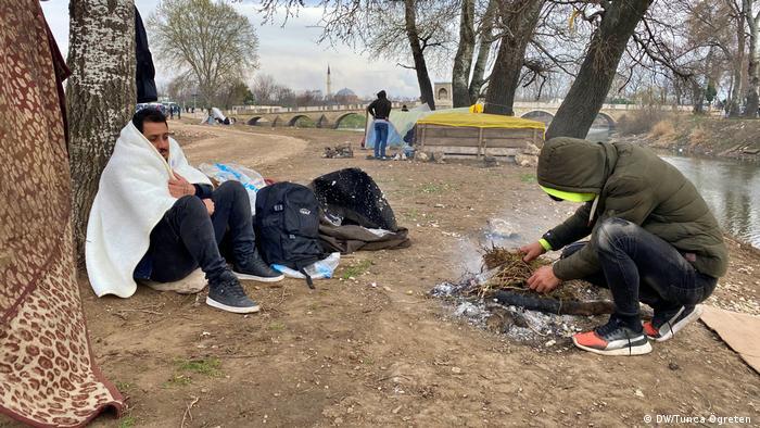 Türkei Migranten warten an Grenze zu Griechenland