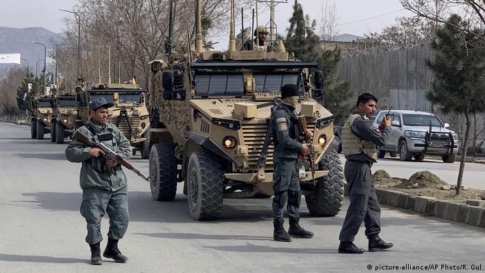 Афганские силовики возле места нападения в Кабуле