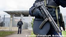 German police officers holding weapons as they guard a court building in Düsseldorf (picture-alliance/dpa/M. Skolimowska)