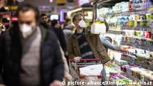 (200306) -- IRAN, March 6, 2020 (Xinhua) -- People wearing masks shop at a shopping center in northern Tehran, Iran, on March 5, 2020. Iran on Thursday launched a national plan to combat the novel coronavirus outbreak, as its death toll climbed above 100. (Photo by Ahmad Halabisaz/Xinhua)   Keine Weitergabe an Wiederverkäufer.