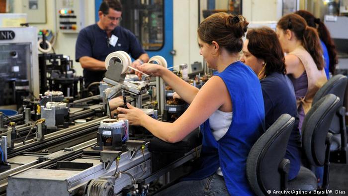 Trabalhadoras numa linha de produção numa fábrica no Brasil.