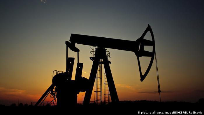 Pferdkopf-Pumpe zur Ölförderung (picture-alliance/imageBROKER/D. Radicevic)