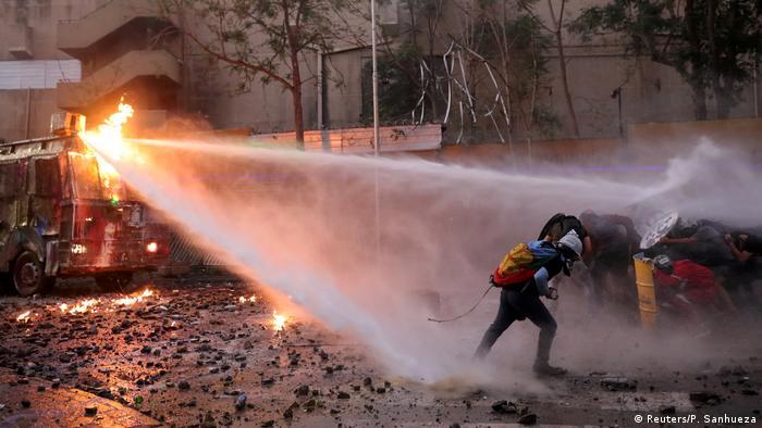 Protestas en Santiago de Chile: la Policía lanza agua a manifestantes.