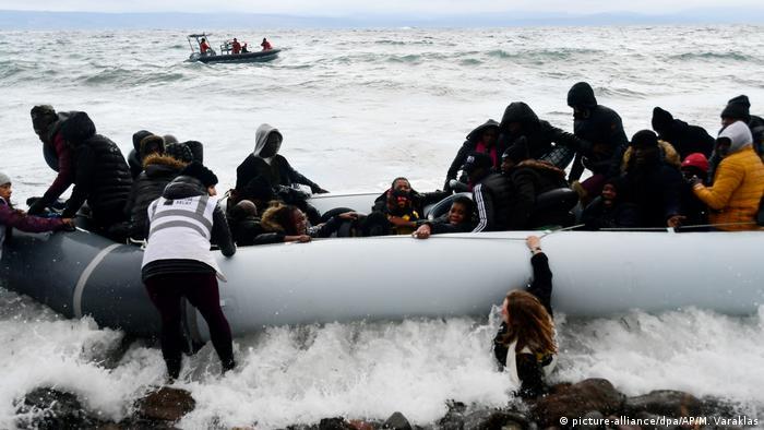 Мигранты и беженцы у побережья греческого острова Лесбос