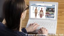 Frau am Laptop surft im Internet, Medizinseite, Netdoktor, Online-Ratgeber bei Gesundheitsfragen, Analyse von Krankheitssymptomen | Verwendung weltweit, Keine Weitergabe an Wiederverkäufer.