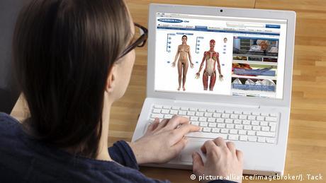 Eine Frau schaut sich auf dem Laptop medizinische Darstellungen des menschlichen Körpers an.