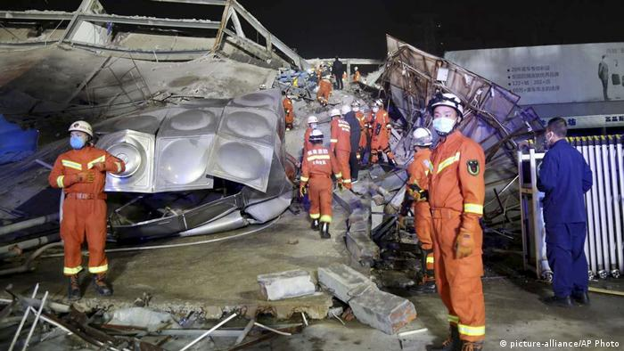 Rescue workers continued into the night (picture-alliance/AP Photo)