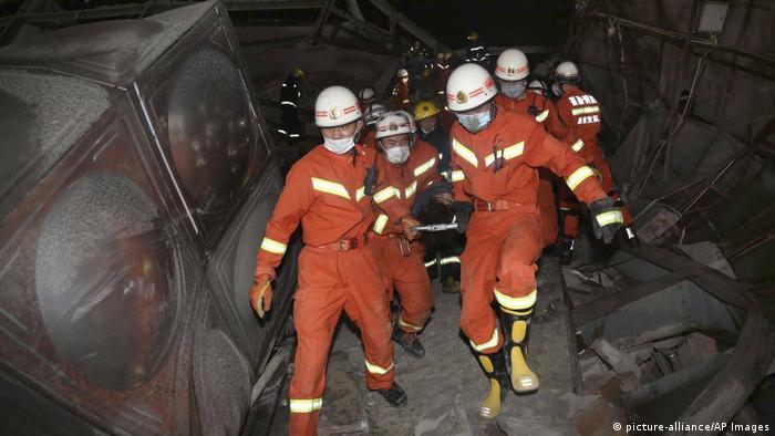 Los socorristas transportan a los heridos durante la noche.