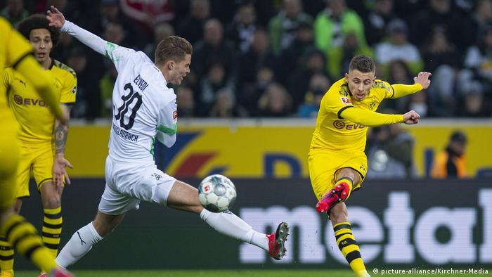 هازارد يسجل الهدف الأول لدورتموند في مرمى مونشنغلادباخ في المرحلة الـ 25 للدوري الألماني لكرة القدم
