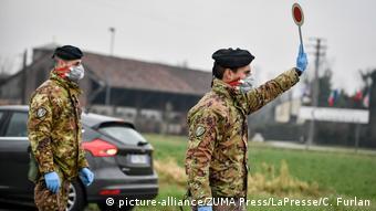 Soldados controlam fluxo de veículos no norte da Itália