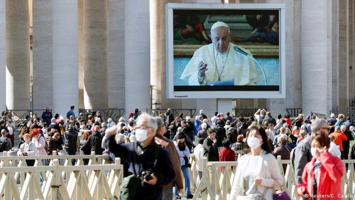 Premiere im Vatikan: das erste per Videostream auf den Petersplatz übertragene Angelus-Gebet eines Papstes (Foto: Reuters/C. Casilli)