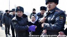 08.03.2020, Kirgistan, Bischkek: Kirgisische Polizisten führen eine Aktivistin der feministischen Bewegung Femen ab, während Feierlichkeiten zum Internationalen Frauentag auf dem Platz des Sieges. Foto: Vladimir Voronin/AP/dpa +++ dpa-Bildfunk +++ |