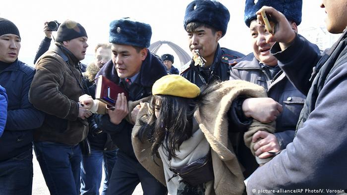 В Бішкеку під час акції затримали десятки людей
