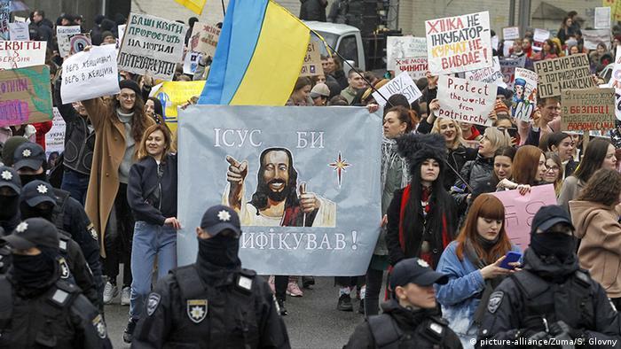 Акция сторонников ратификации Стамбульской конвенции в Украине. На плакате надпись: Иисус бы ратифицировал