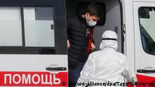 07.03.2020, Russland, Moskau: MOSCOW, RUSSIA - MARCH 7, 2020: A medical worker in a protective suit helps a man in a face mask out of an ambulance at the Novomoskovsky multipurpose medical center for patients suspected of the COVID-19 coronavirus infection and passengers with acute respiratory viral infection (ARVI) symptoms arriving from countries with unfavorable epidemiological situation. Sergei Bobylev/TASS Foto: Sergei Bobylev/TASS/dpa |