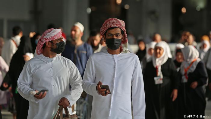 مواطنون سعوديون يرتدون أقنعة الوجه الواقية