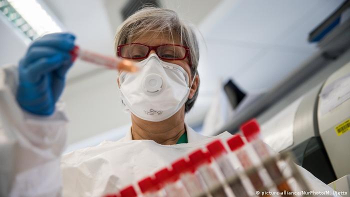 Italien Nachweis Coronavirus im Labor Symbolbild (picture-alliance/NurPhoto/M. Ujetto)