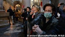Coronavirus in Israel Jerusalem Pilger mit Schutzmasken in Grabeskirche