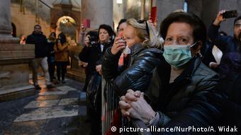 Coronavirus in Israel Jerusalem Pilger mit Schutzmasken in Grabeskirche (picture-alliance/NurPhoto/A. Widak)