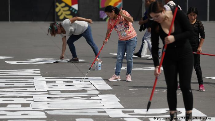 Un grupo de mujeres pintó en el suelo del Zócalo, en Ciudad de México, los nombres de las mujeres que han sido asesinadas recientemente en el país, donde se ha experimentado un aumento importante de los feminicidios. La iniciativa fue bautizada Nombres de las que nos arrancaron.
