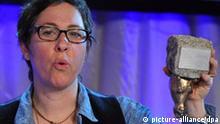 Die US-Regisseurin Lisa Cholodenko hält am Freitag (19.02.2010) in Berlin den Teddy Award für ihren Film The Kids Are Allright verkehrt herum in den Händen. Sie erhielt den schwul-lesbischen Filmpreis auf der Teddy-Gala in der Station-Berlin, die im Rahmen der 60. Internationalen Filmfestspiele stattfand. Foto: Jens Kalaene dpa/lbn