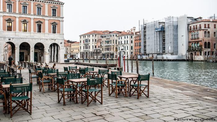 Coronavirus - Italien - Leere Stühle vor Café