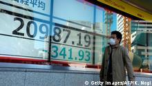 Tokio: Ein Passant vorm Börsenindex