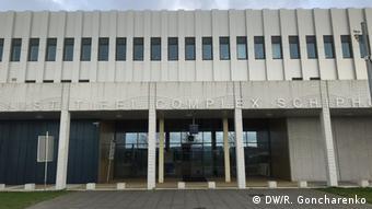 Заседания окружного суда Гааги проходят в специальном судебном комплексе вблизи амстердамского аэропорта Схипхол