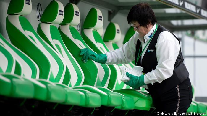 Măsuri de desinfectare în stadioane (picture-alliance/dpa/S. Pförtner)
