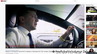 Володимир Зеленський любить спілкуватись з народом, сидячи за кермом Tesla