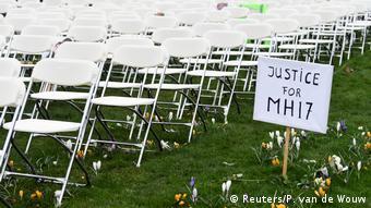 На акции протеста у посольства РФ в Гааге, 8 марта 2020 года. Ряды пустых стульев и надпись Справедливости для MH17