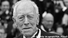 Swedish- French actor Max von Sydow pose on May 14, 2016 as they arrive for the screening of the film The BFG at the 69th Cannes Film Festival in Cannes, southern France. / AFP / ALBERTO PIZZOLI (Photo credit should read ALBERTO PIZZOLI/AFP via Getty Images)