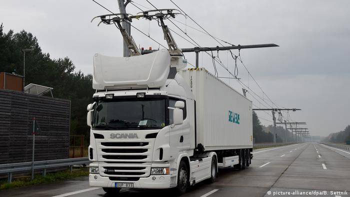 Werden Waren auf der Straße transportiert, dann fast ausschließlich mit Diesel-Lkw. Das macht den Lkw-Verkehr zum zweitgrößten Verursacher von CO2-Emissionen im Bereich Verkehr. Eine Lösung könnten Oberleitungs-Lkw sein