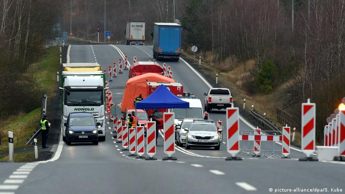 Baby Health in Winter Coronavirus - Czech Republic border checks (picture-alliance/dpa/S. Kube)