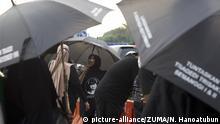 Indonesien Jakarta | Stiller Proteset mit schwarzen Regenschrimen vor dem Präsidentenpalast