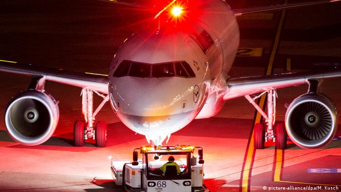 Pesawat Lufthansa Airbus 320-200 di bandara Düsseldorf diterangi lampu cahaya merah menyala