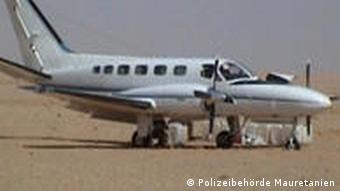 Ein beschlagnahmtes Kleinflugzeug in der Mauretanischen Wüste mit Kokain an Bord (Foto: AP)