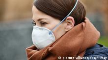 Illustration - Eine Frau trägt eine Atemschutzmaske, aufgenommen am 27.02.2020 in Seesen. Foto: Frank May/picture alliance (model released) | Verwendung weltweit