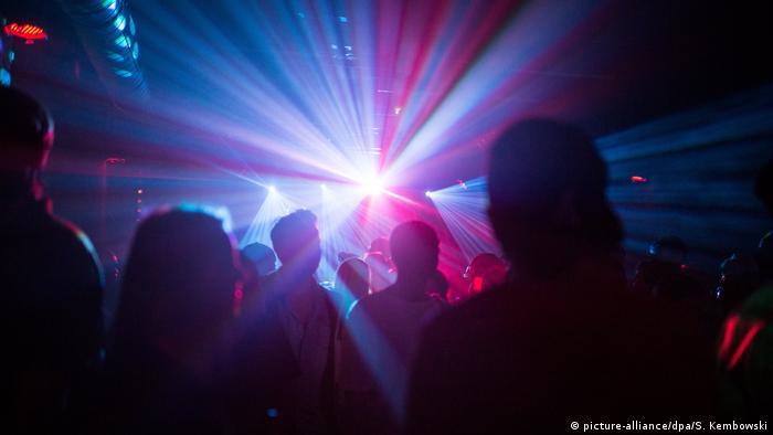 Silhuetas de pessoas em clube noturno