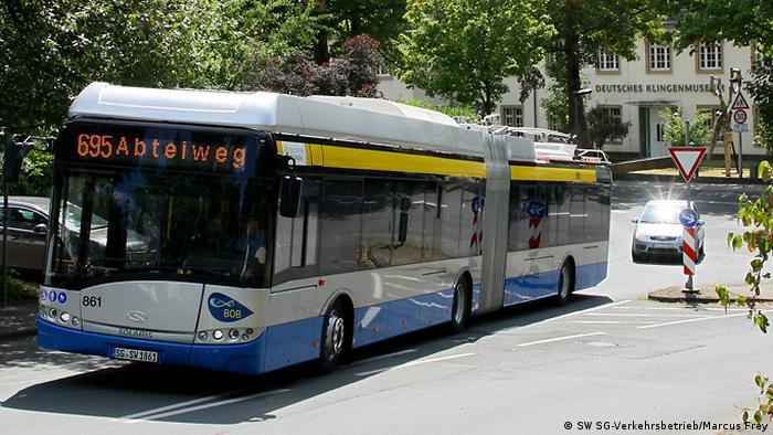 In Solingen fährt der Batterie-Oberleitungs-Bus (BOB). Hier auf der der Nebenstrecke gibt es keine Oberleitung und der Bus fährt mit dem Strom aus der Batterie. die Kombination von Batterie und Oberleitung spart Kosten und macht das System besonders effizient.