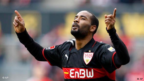 VfB-Stürmer Cacau freut sich (Foto: AP)