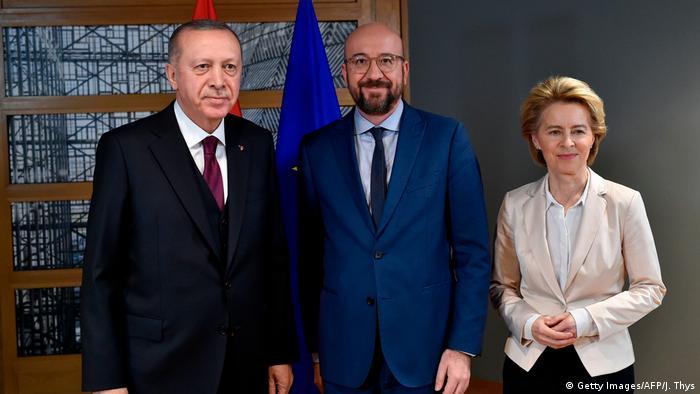 Belgien Brüssel | Recep Tayyip Erdogan, Charles Michel und Ursula von der Leyen (Getty Images/AFP/J. Thys)