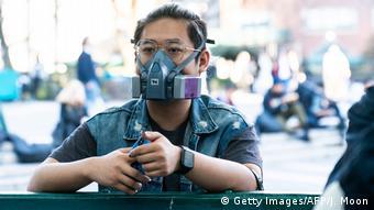 Foto de hombre con mascarilla en Nueva York