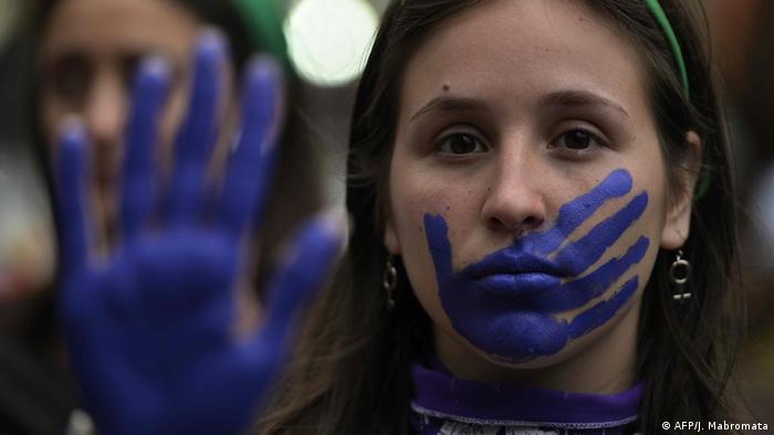 Argentinien Demo am Frauentag für legale Abtreibung und gegen Gewalt an Frauen (AFP/J. Mabromata)