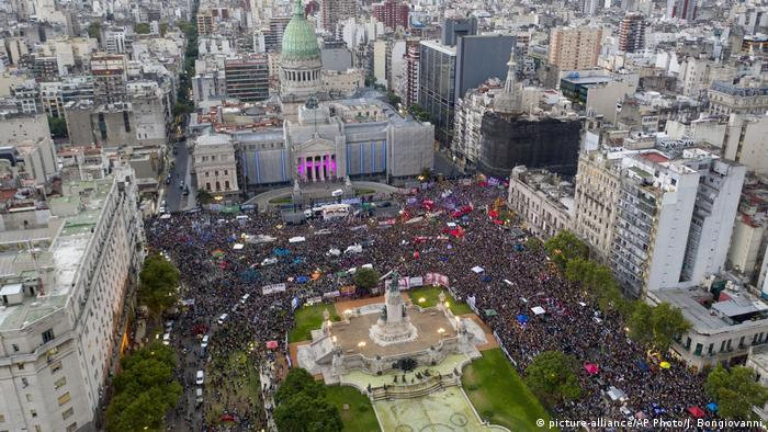 En marzo, miles de mujeres se congregaron frente al Congreso de la Nación para exigir una ley de aborto.