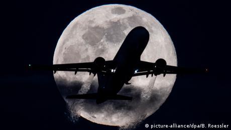 BdTD Deutschland Flugzeug vor dem Mond (picture-alliance/dpa/B. Roessler)