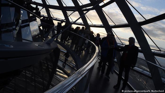 Turis mengunjungi kubah gedung Reichstag di Berlin