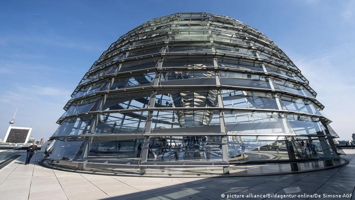 Baby Health in Winter Germany Reichstag glass dome in Berlin (picture-alliance/Bildagentur-online/De Simone-AGF)