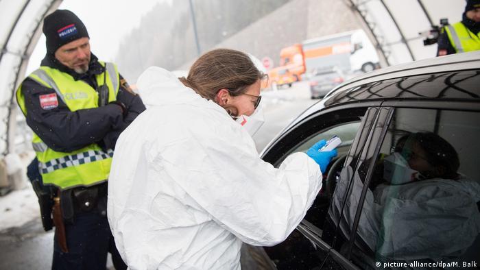 Eine österreichische Ärztin führt an der Brennerautobahn bei aus Italien kommenden Reisenden Fieberkontrollen durch (Foto: picture-alliance/dpa/M. Balk)