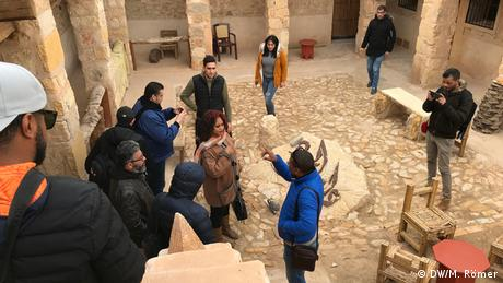 360° videos supposedly show stories from all perspectives but journalists have to remain true to the principles of their craft. Which panoramic view should they show? Who should they interview? Participants do research and prepare interviews while touring an old site in Kebili. (DW/M. Römer)